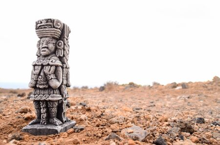 Ancient Maya Statue on the Rocks Desert Banque d'images