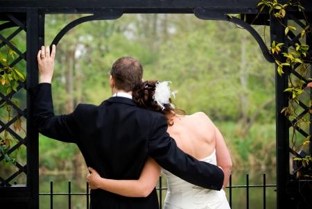 結婚式: 新しく結婚カップルは愛情を込めてお互いを保持しています。