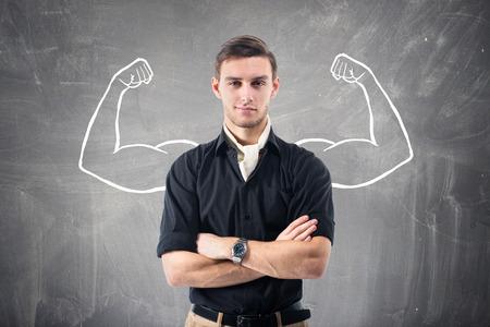Jonge aantrekkelijke ambitieuze zakenman tegen de muur Stockfoto