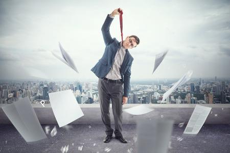 ahorcada: Oficinista joven en el techo está cansado de la muerte de papeles y está listo para colgar en un empate.