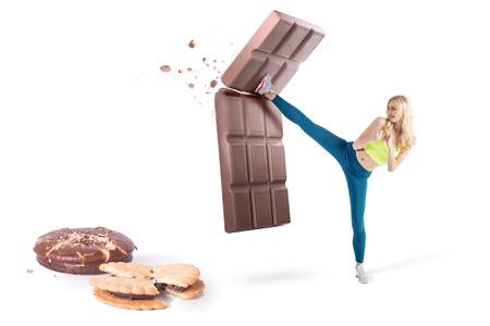 Menina loura bonita que resistir à tentação e lutar maus habbits, não a junk food