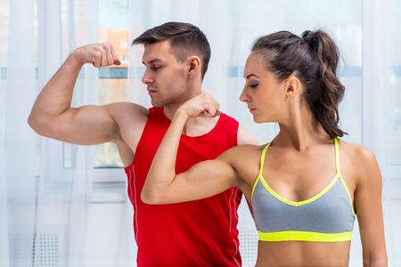 アクティブな運動スポーツ女性少女と男性の筋肉上腕二頭筋ヘルシー。
