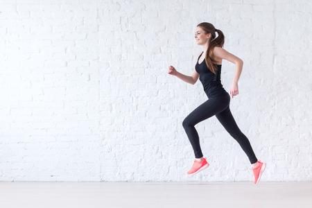 Vue de côté de la jeune femme sportive actif de course coureur athlète avec le concept copie de l'espace remise en forme sportive de santé perte de poids cardio jogging séance d'entraînement bien-être. Banque d'images - 40037098