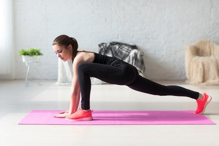 gymnastique: Les femmes faisant des exercices d'a�robic �chauffement avec la gymnastique pour une flexibilit� �tirement des pattes entra�nement � la maison fitness.