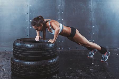 estilo de vida: Sportswoman. Fit Mulher desportiva que faz push ups em for