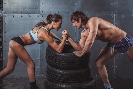 Atleta deportistas musculoso hombre y mujer con las manos juntas desafío pulseada entre un deporte de fitness Crossfit concepto de formación estilo de vida culturista joven pareja Foto de archivo