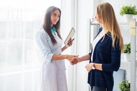 bata blanca: Mujer médico estrechar la mano con el concepto de la salud del paciente, médico, hospital
