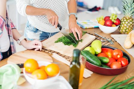 lifestyle: Gorgeous młodych kobiet przygotowuje obiad w kuchni koncepcji gotowanie, kulinarne, zdrowy tryb życia