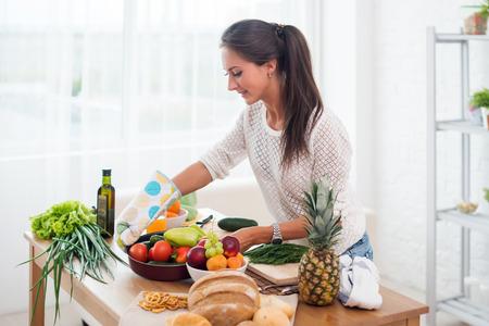 culinaire: Femme de pr�parer le d�ner dans une cuisine concept de cuisson, culinaire, mode de vie sain