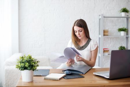 mulher de negócios com laptop e conceito diário de trabalho freelance em casa, planejamento, programação. Imagens