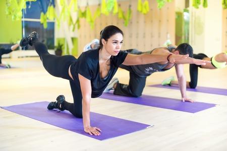 요가 필라테스 연습 체육관에서 운동을 traning 스트레칭 그룹 여성