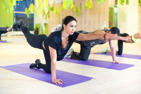 gimnasia aerobica: Las mujeres del grupo de estiramiento traning el ejercicio de gimnasio practicando yoga pilates