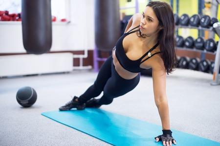 Fit vrouw die kant plank yoga pose Concept pilates fitness gezonde levensstijl.