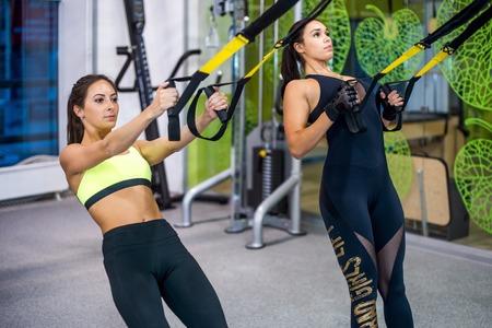 Frau, die mit Aufhängungsgurte im Fitness-Club oder Fitness-Studio Standard-Bild - 48565583