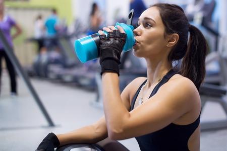 remise en forme athlète femme eau potable après le travail de formation sur l'exercice. Banque d'images