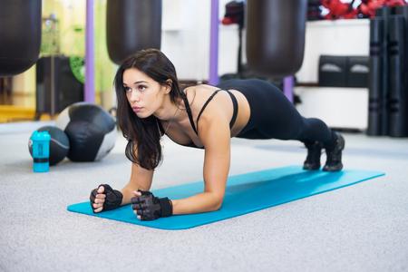 opleiding fitness vrouw doen plank kern oefening uit te werken voor de rug wervelkolom en houding Concept pilates sport Stockfoto