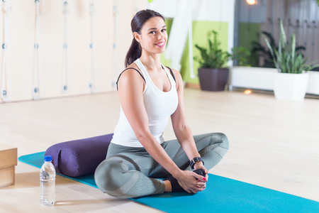 motion: Montera kvinna gör stretching pilates övningar i gym Stockfoto