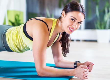 Portrait Fitness-Training sportlich sportliche Frau tun Planke Übung in der Turnhalle oder Yoga-Kurs Konzept Training ausübt Aerobic. Standard-Bild - 48565363