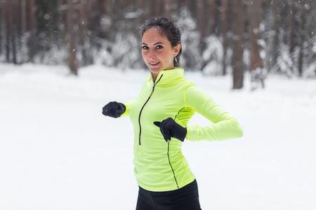 gimnasia aerobica: Ajustar la mujer estirando y calentando para su formación ejercicio en el parque