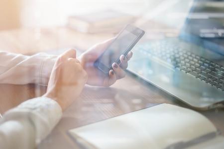 Mulher usando telefone celular no local de trabalho de escritório. Imagens - 49194570