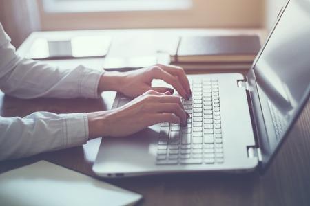 correo electronico: Mujer que trabaja en la oficina en casa mano en el teclado de cerca.