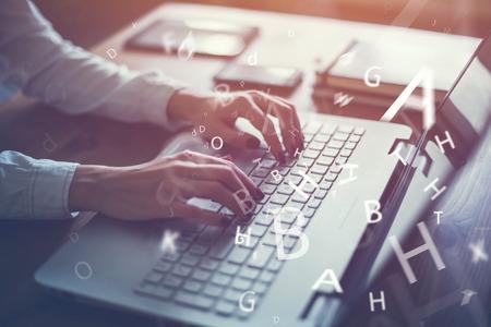 klawiatura: Praca w domu z laptopem kobieta pisanie bloga. Kobieta ręce na klawiaturze. Zdjęcie Seryjne