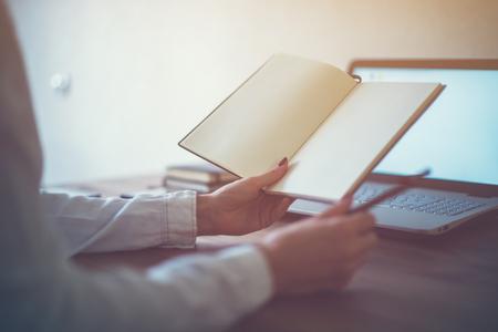 freelancer Mulher que trabalha em notas levando para casa teletrabalho