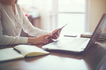 ビジネスの女性の手作業パソコン木製の机の上