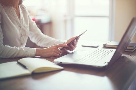 personas leyendo: mano de la mujer de negocios equipo port�til de trabajo en el escritorio de madera Foto de archivo