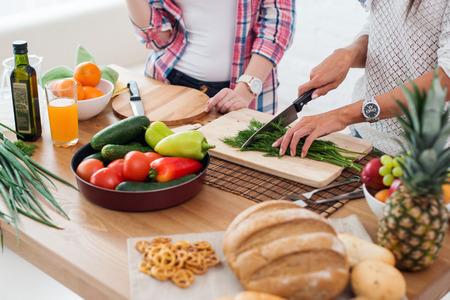 pareja saludable: Gorgeous j�venes Mujeres preparaba la cena en un concepto de cocina cocina, culinario, estilo de vida saludable Foto de archivo