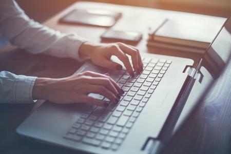 노트북을 집에서 작업 여자는 블로그를 작성합니다. 여성 키보드에서 손을.