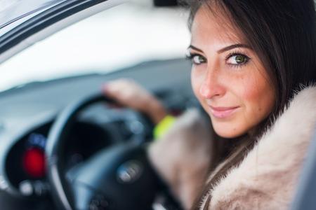 manteau de fourrure: Portrait de la belle pilote de voiture smilling femme en manteau de fourrure Banque d'images