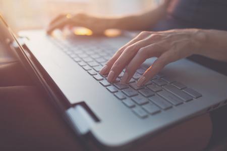 Vrouw thuis werken op kantoor met de hand op het toetsenbord close-up. Stockfoto