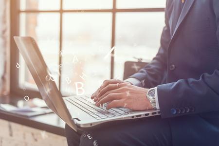 klawiatura: Biznesmen pracuje nad swoim laptopie męskich rąk na klawiaturze Zdjęcie Seryjne