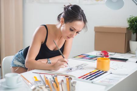 Jeune mignon peinture femme image aquarelle portrait d'un artiste au travail. Banque d'images - 55663747