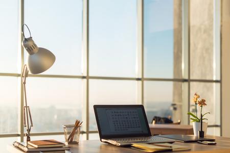 Side beeld van de studio werkplek met lege notebook, laptop bekijken. Designer comfortabele werktafel, kantoor aan huis Stockfoto
