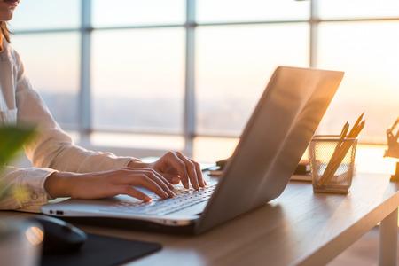 Volwassen zakenvrouw werken thuis met behulp van computer, studeren business ideeën op een pc-scherm on-line