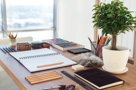 화가 작업 공간의 측면보기. 파스텔 드로잉을 준비 예술적 도구와 나무 책상