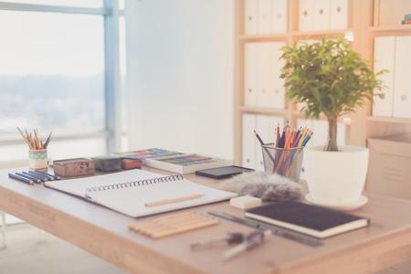 Artista posto di lavoro pronto per pastello, disegno. matite colorate e pastelli tavolozza organizzato sul desktop. Archivio Fotografico - 55687256