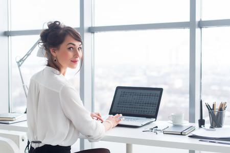 Donna di affari attraente di lavoro in ufficio con pc, la ricerca e lo studio di idee di business su uno schermo portatile on-line