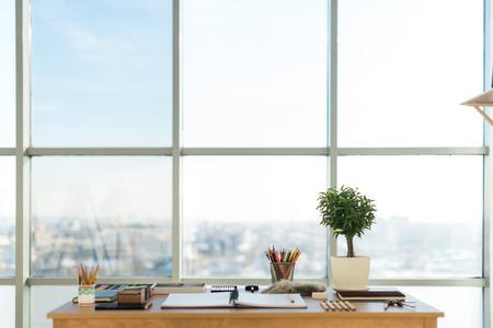 Zijaanzicht van een werkruimte schilder. Houten bureau met artistieke gereedschappen voorbereid pastel