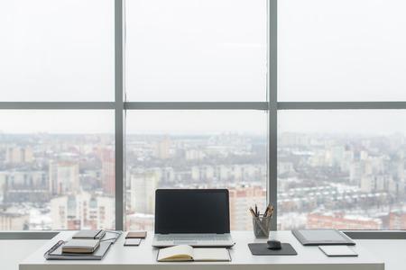 Escritório. Mesa de trabalho confortável, local de trabalho com laptop notebook Imagens - 61112211