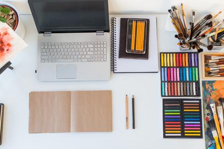 Designer werkplek bovenaanzicht. Schilder bureau met tekening apparatuur. studio Home for kunstenaar