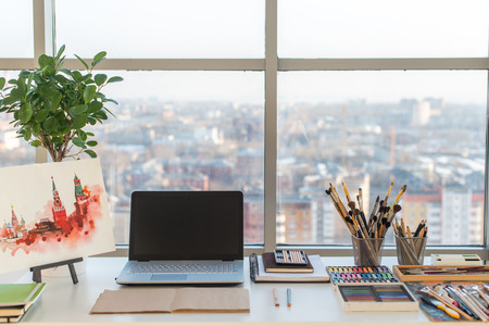 Schilder werkplek in orde zijaanzicht. Designer bureau met tekening apparatuur. studio huis voor kunstenaar.
