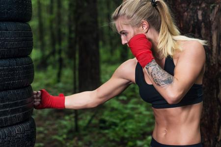 patada: Retrato de boxeador que hace retroceso del gancho que se resuelve al aire libre Foto de archivo
