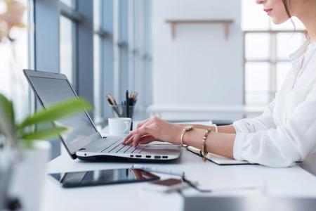 Zij portret van de vrouw die werkzaam zijn in home-office als telewerker, typen en surfen op internet, met werkdag