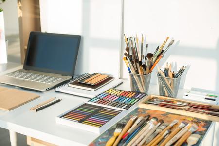 画家職場側表示に。描画装置デザイナー デスク。アーティストのための家のスタジオ。