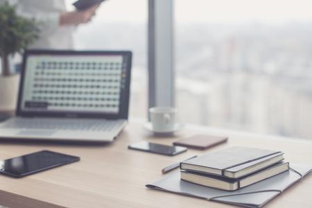 ペンと作業スペース ビジネス コンセプトとしてデジタル タブレットのオフィスのテーブル上のドキュメント。 写真素材