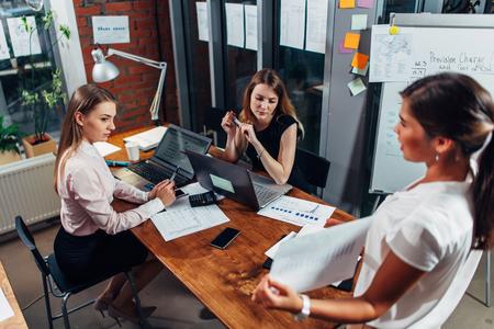 프레젠테이션에서 젊은 경제인. 새로운 사업 전략을 설명하는 다이어그램을 보여주는 여성 동료 스톡 콘텐츠 - 90059449