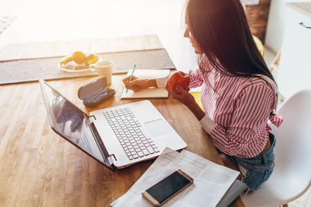 Junge Frau zu Hause Planung Planung Budget und Finanzen Standard-Bild